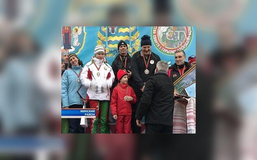 """Награждение Лукашенко и его сына на """"Минской лыжне"""", фото: телеканал  CTV"""