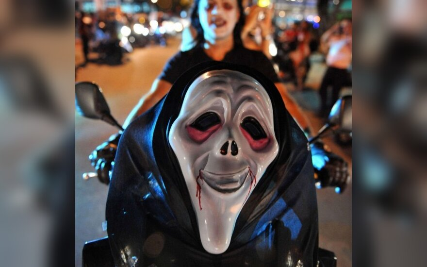 Девушка едет на карнавал по случаю Хелоуина в Колумбии