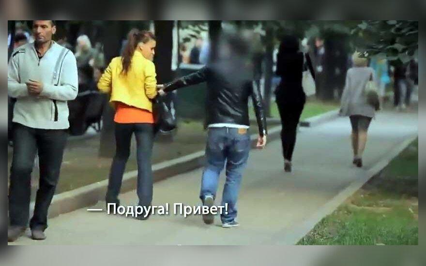 Приставание женщине видео