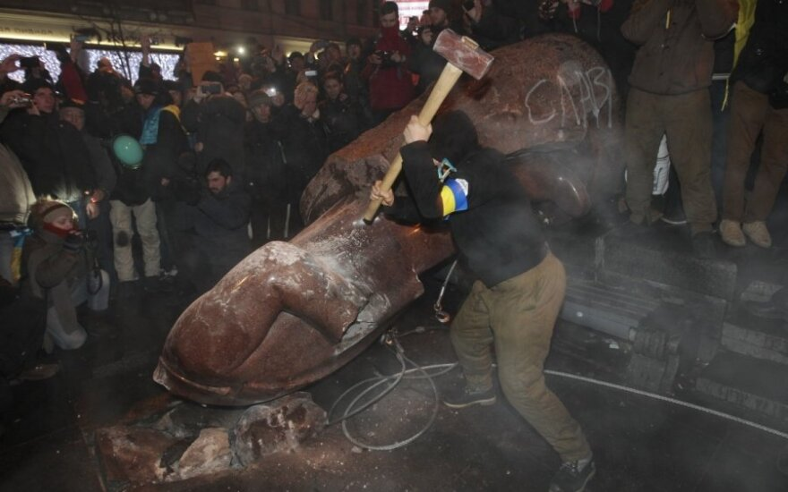 Украина протестует: свален памятник Ленину