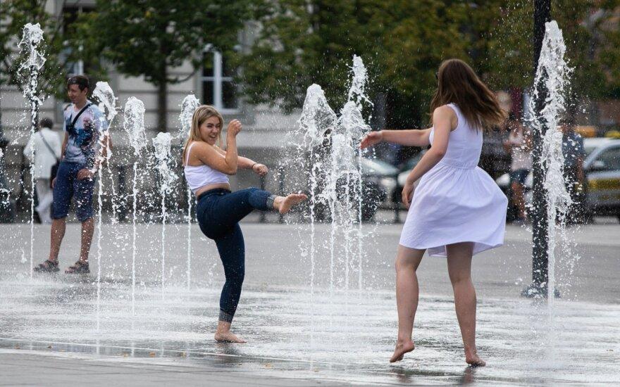 Жителей Вильнюса от жары спасает новый фонтан