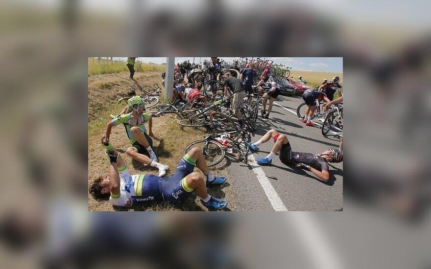 """Завал на """"Тур де Франс"""" вывел из строя единственного российского гонщика"""