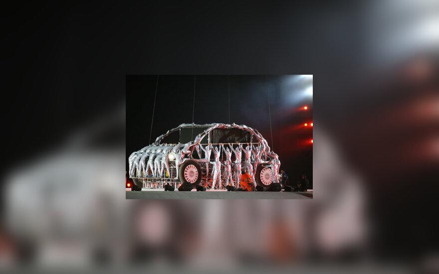 """Žonglierių pasirodymas """"Fiat 500"""" pristatymo metu."""