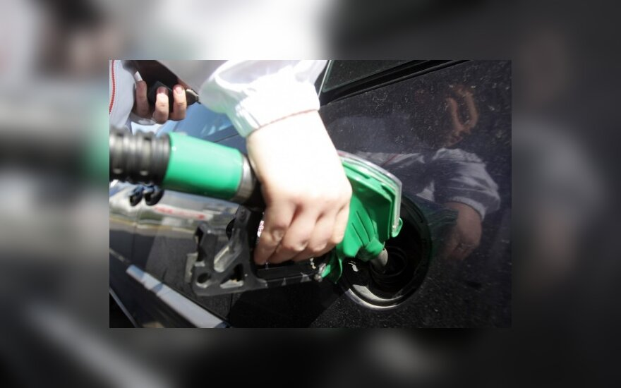 Продажи бензина упали на треть