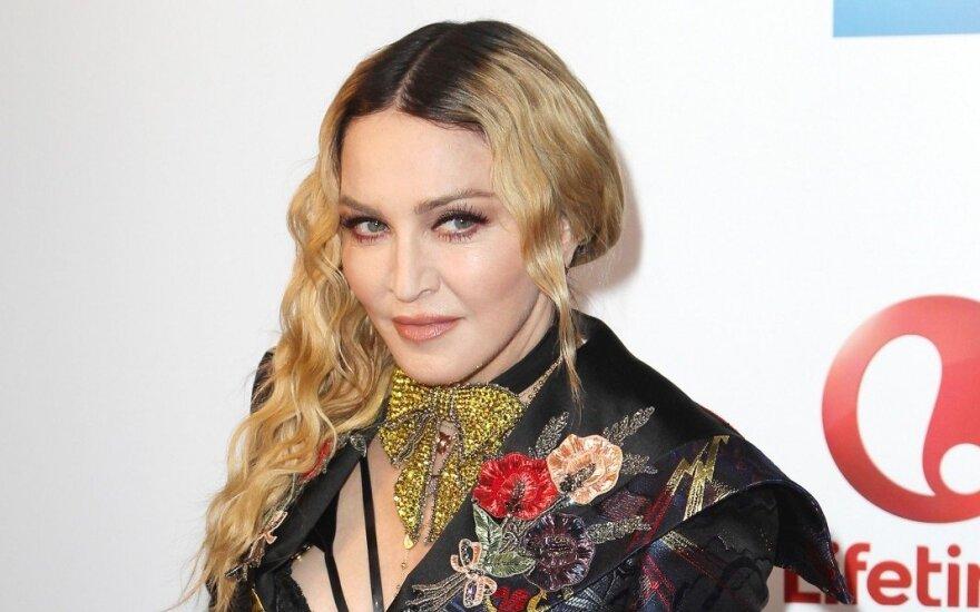 ФОТО: Мадонна показала грудь в смелой фотосессии для Vogue