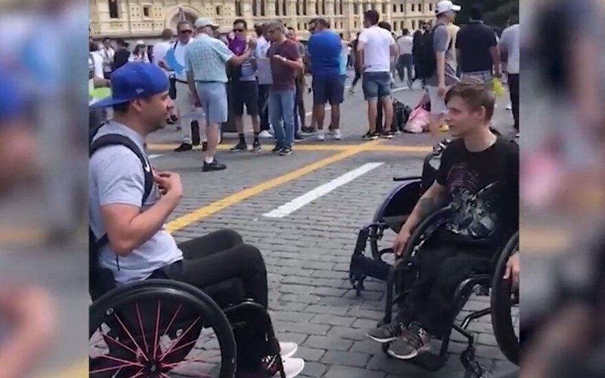 Болельщик из США подарил россиянину инвалидное кресло за десять тысяч долларов