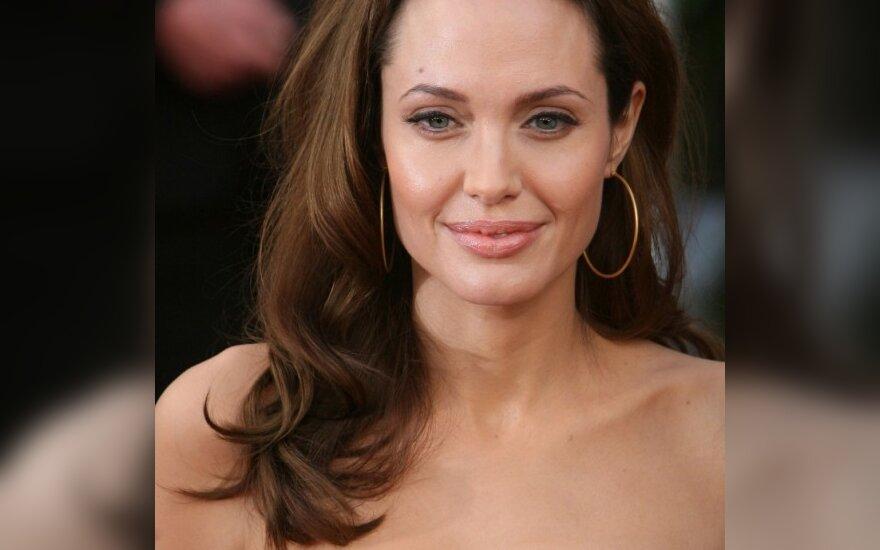 Анджелина Джоли усыновит армянина
