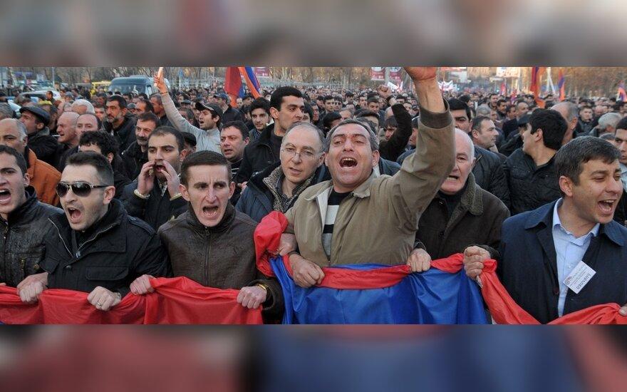Ереван: митинг оппозиции собрал десятки тысяч людей
