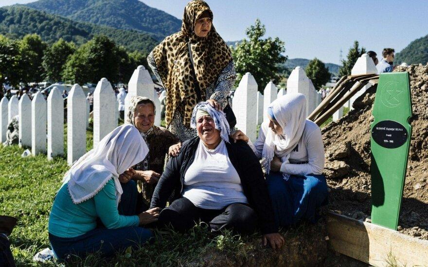 Премьер Сербии сбежал с траурной церемонии в Сребренице
