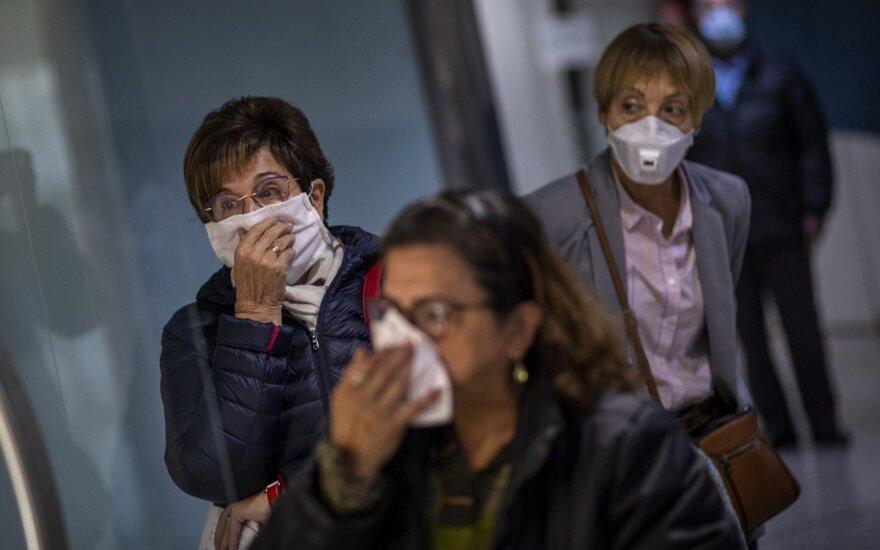 Pasaulis grumiasi su koronaviruso pandemija