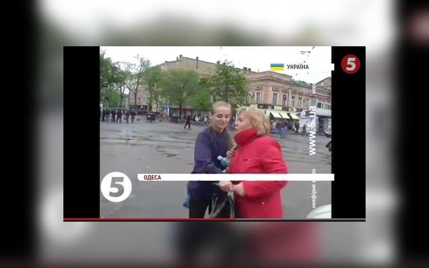 Odesoje tiesioginio eterio metu pikti praeiviai užpuolė ukrainiečių žurnalistę