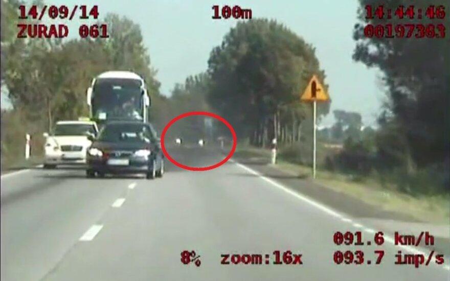 O krok od zderzenia z radiowozem. Źródło: policja.pl