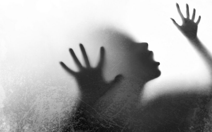 В Аникщяйском районе женщина обвиняет сожителя в насилии