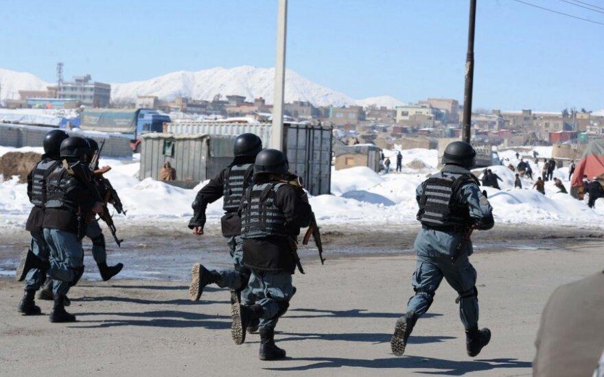 Afganistaniečių policininkai per protestą prieš sudegintą Koraną
