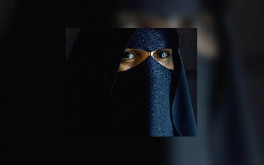 В Париже начали арестовывать женщин в парандже