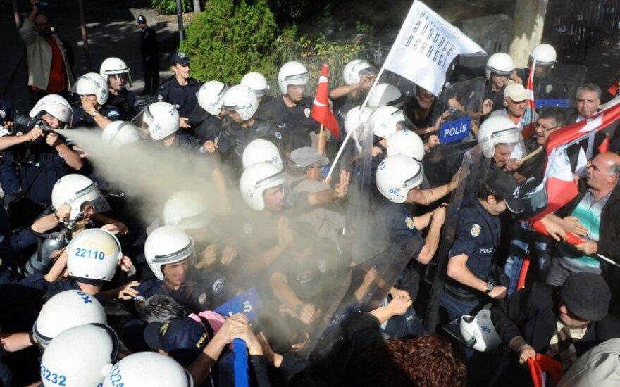 Turkijos policija vaikė demonstrantus