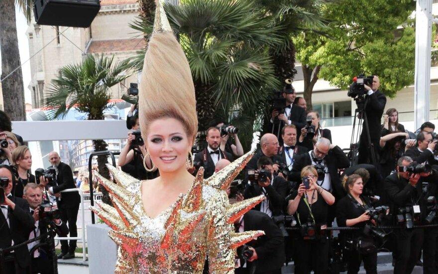 ФОТО: Лена Ленина пришла на Каннский фестиваль с золотой боеголовкой