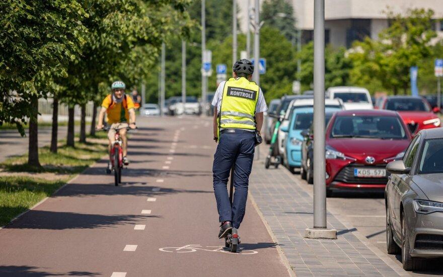 В Вильнюсе специалисты по контролю паркингов будут ездить на электросамокатах