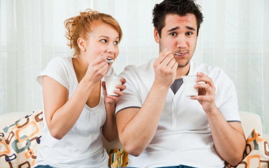 Vyras ir moteris valgo jogurtą