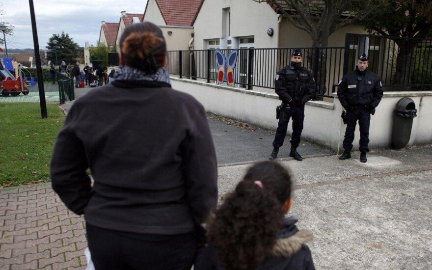 Tigro medžioklės Paryžiaus priemiestyje  Montebrain akimirkos. Žvėries ieško gausios policijos ugniagesių ir gyvūnų elgesio specialistų pajėgos