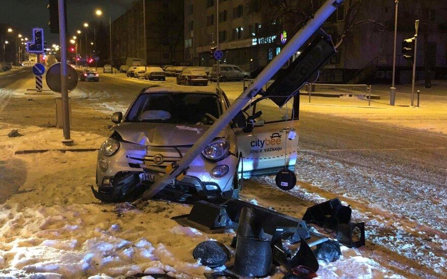 Подросток на CityBee бежал от полиции и врезался в светофор