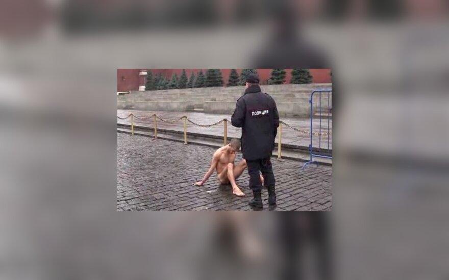 Протест: художник-членовредитель прибил свою мошонку к Красной площади
