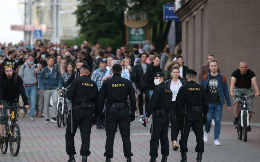 Baltarusijoje tūkstančiai išėjo į gatves palaikyti nušalintą kandidatą į prezidentus V. Babariką