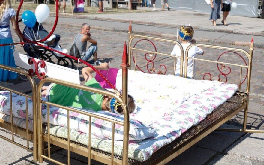 На празднике моря можно было испытать королевскую кровать