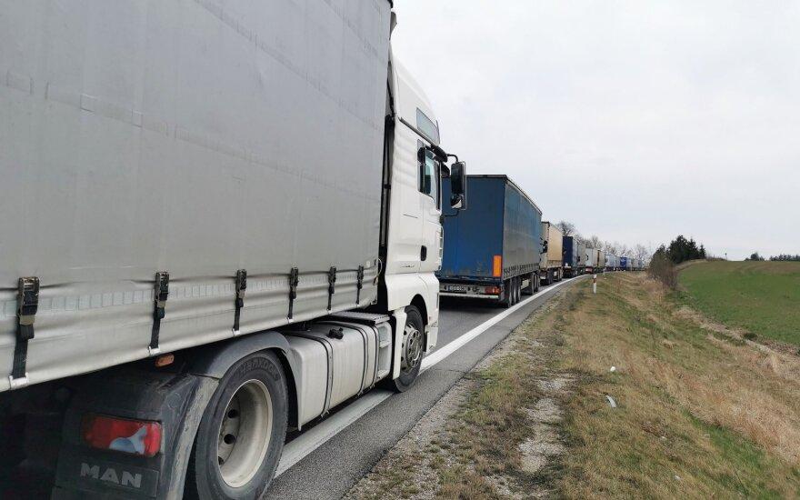 Очереди грузовиков на литовско-польской границе вновь выросли