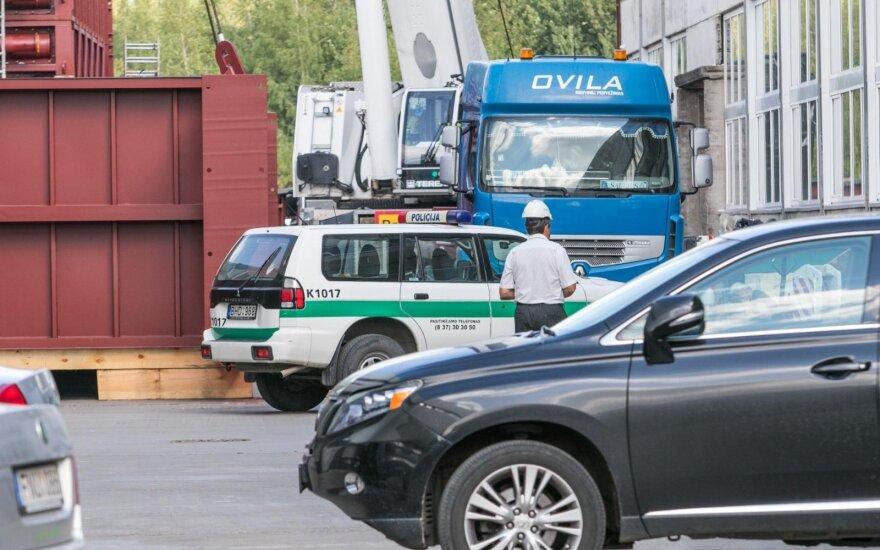 В Каунасе кран придавил рабочего: один человек погиб, другой - в больнице