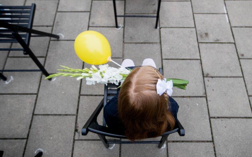 Третьеклассница потеряла маску, в школу ее не впустили: ребенок стоял и плакал за дверью