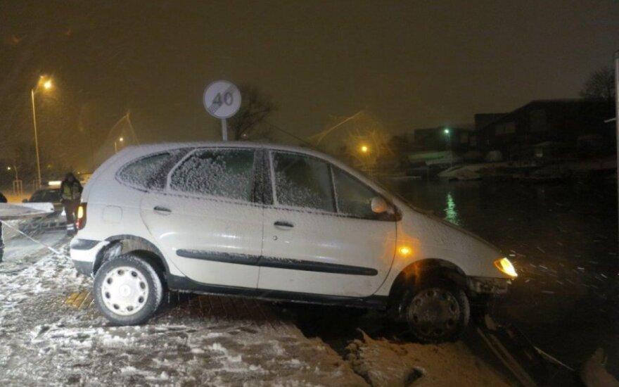 В Клайпеде автомобиль чудом не упал в реку