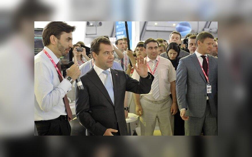 """Медведев одернул президента """"Деловой России"""": """"слово предоставляю я"""""""