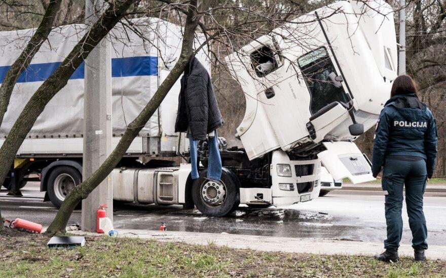 В Вильнюсе на проспекте Саванорю загорелся тягач