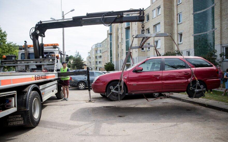 """Пристав: вильнюсцы радуются и аплодируют, когда вывозят """"бесхозные"""" автомобили"""