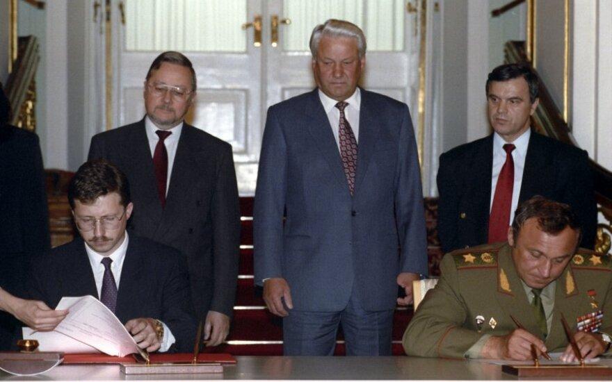 Audrius Butkevičius ir Pavelas Gračiovas, už jų - Vytautas Landsbergis ir Borisas Jelcinas
