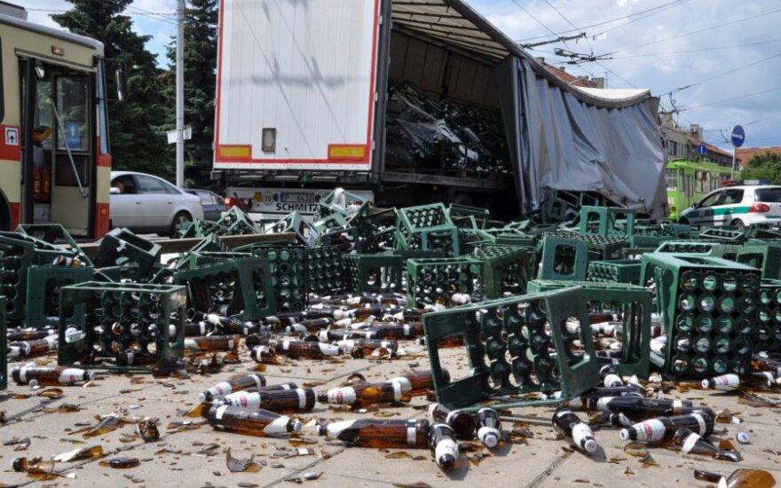Kaune iš vilkiko priekabos išbyrėjo šimtai butelių alaus