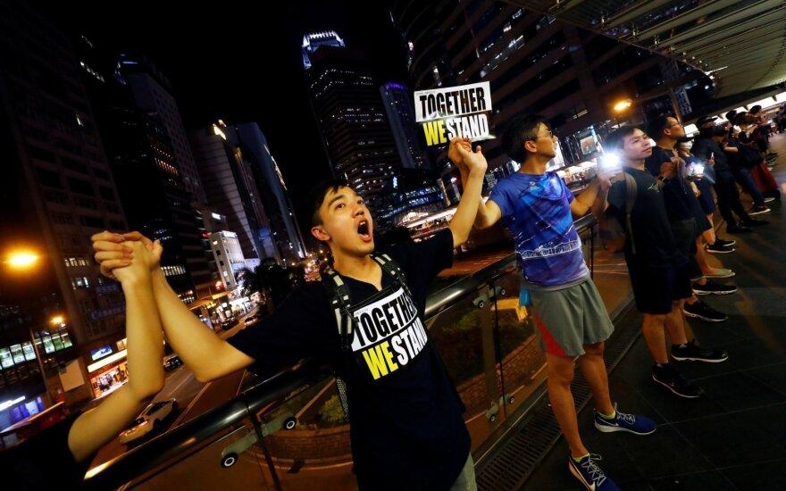 Honkonge – Baltijos kelio atgarsiai: protestuotojai susikibo į žmonių grandinę