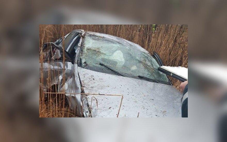 Автомобиль врезался в забор и в пень, пострадали 5 человек