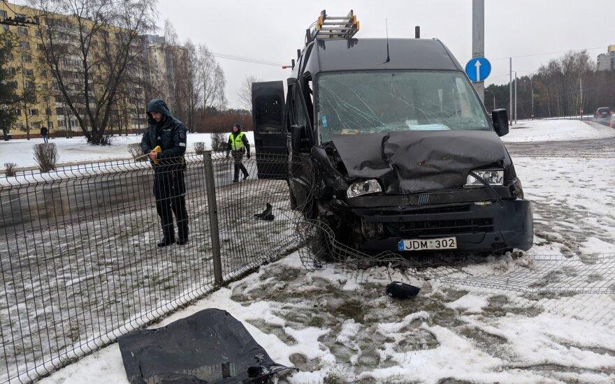 В Вильнюсе из разбитого автомобиля водителя извлекали пожарные