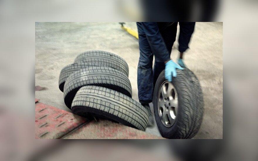 Безумные арабы меняют колеса прямо на ходу!