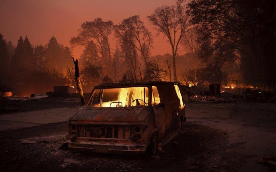 Dėl miškų gaisrų Kalifornijoje namus teko palikti dešimtims tūkstančių gyventojų