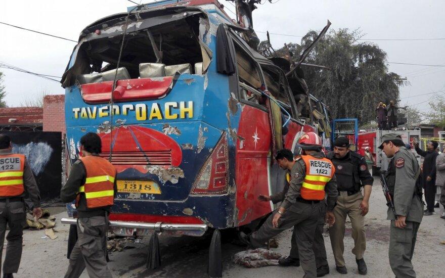Взрыв в Пакистане на автобусной остановке: 15 погибших