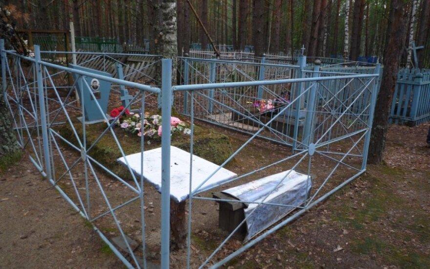 Kapinės netoli Tomsko: rusiškas kapas su stalu valgiams ir suoleliais