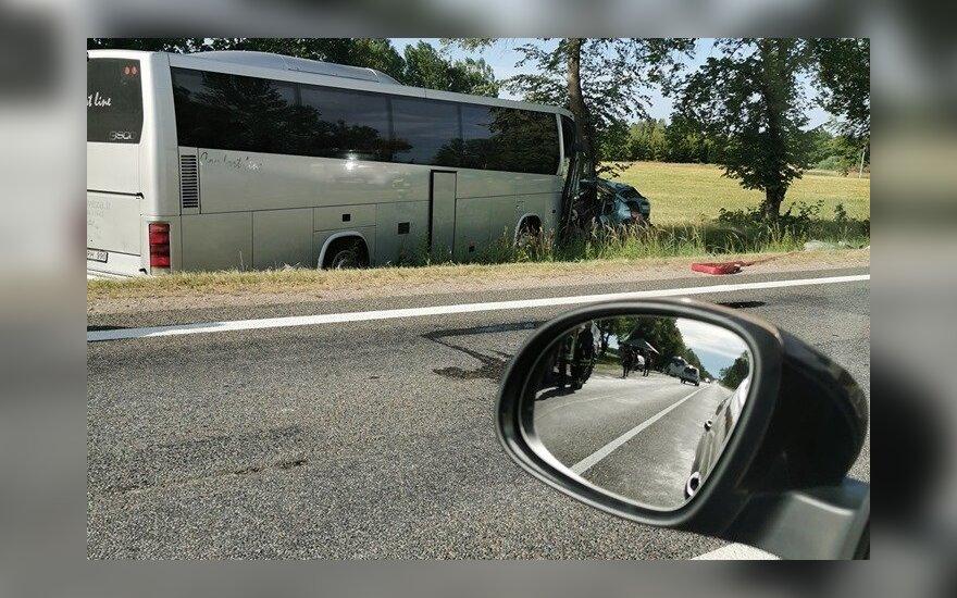 На дороге Куршенай-Паланга автомобиль столкнулся с автобусом: погиб один человек