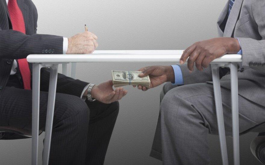 Исследование: взятки и коррупция в Латвии - обычное явление