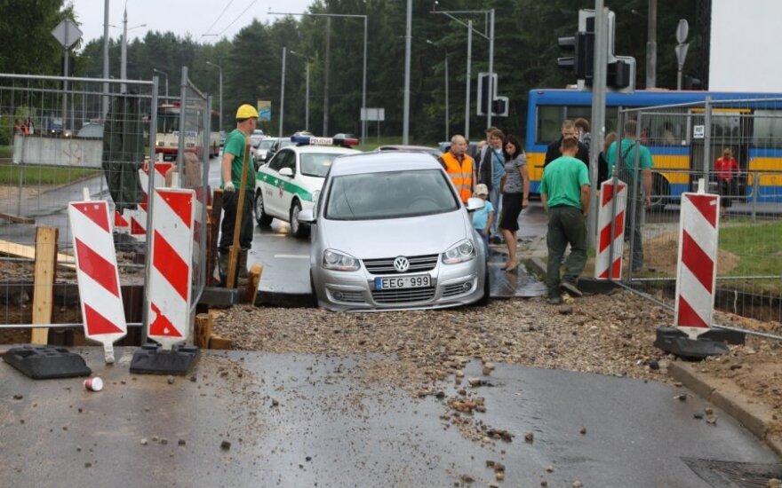 В Вильнюсе после дождя колеса автомобиля провалились в яму