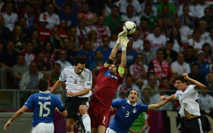 Gianluigi Buffonas išmuša kamuolį