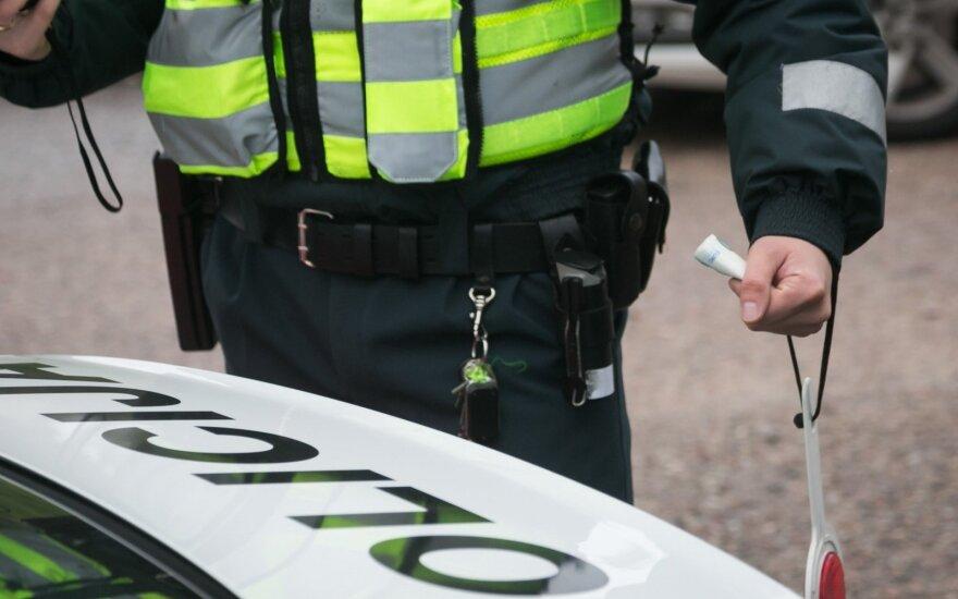 В Каунасе полиция воспользовалась оружием: прострелили покрышки Mercedes