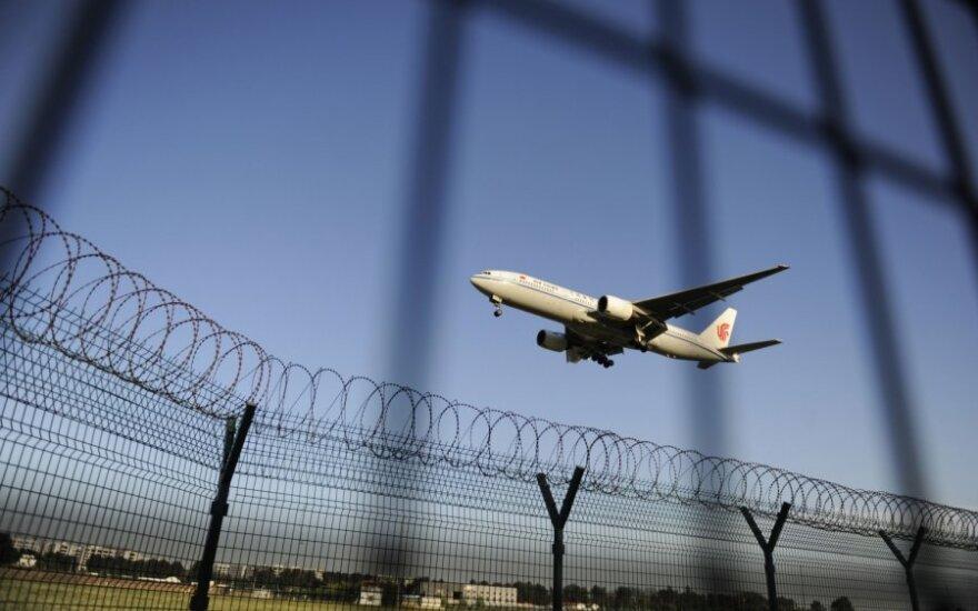 Lėktuvas leidžiasi Pekino oro uoste